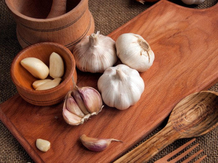 10-Foods-that-lower-blood-pressure-Garlic-and-herbs